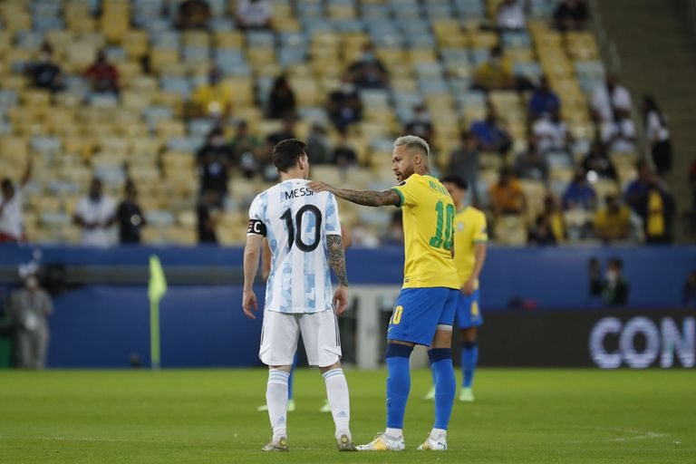 Neymar da una palmada a Lionel Messi antes de la final de la Copa América entre Brasil y Neymar, el sábado 10 de julio de 2021 en el estadio Maracaná  (AP Foto/Bruna Prado)