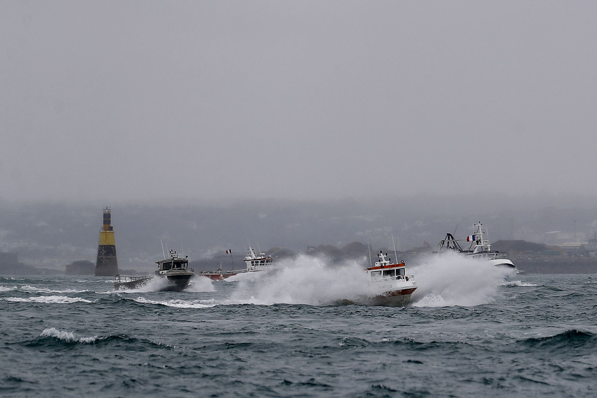 Los barcos se concentraron frente al puerto de Saint Helier para llamar la atención sobre lo que consideran restricciones injustas sobre la pesca en aguas del Reino Unido después del Brexit