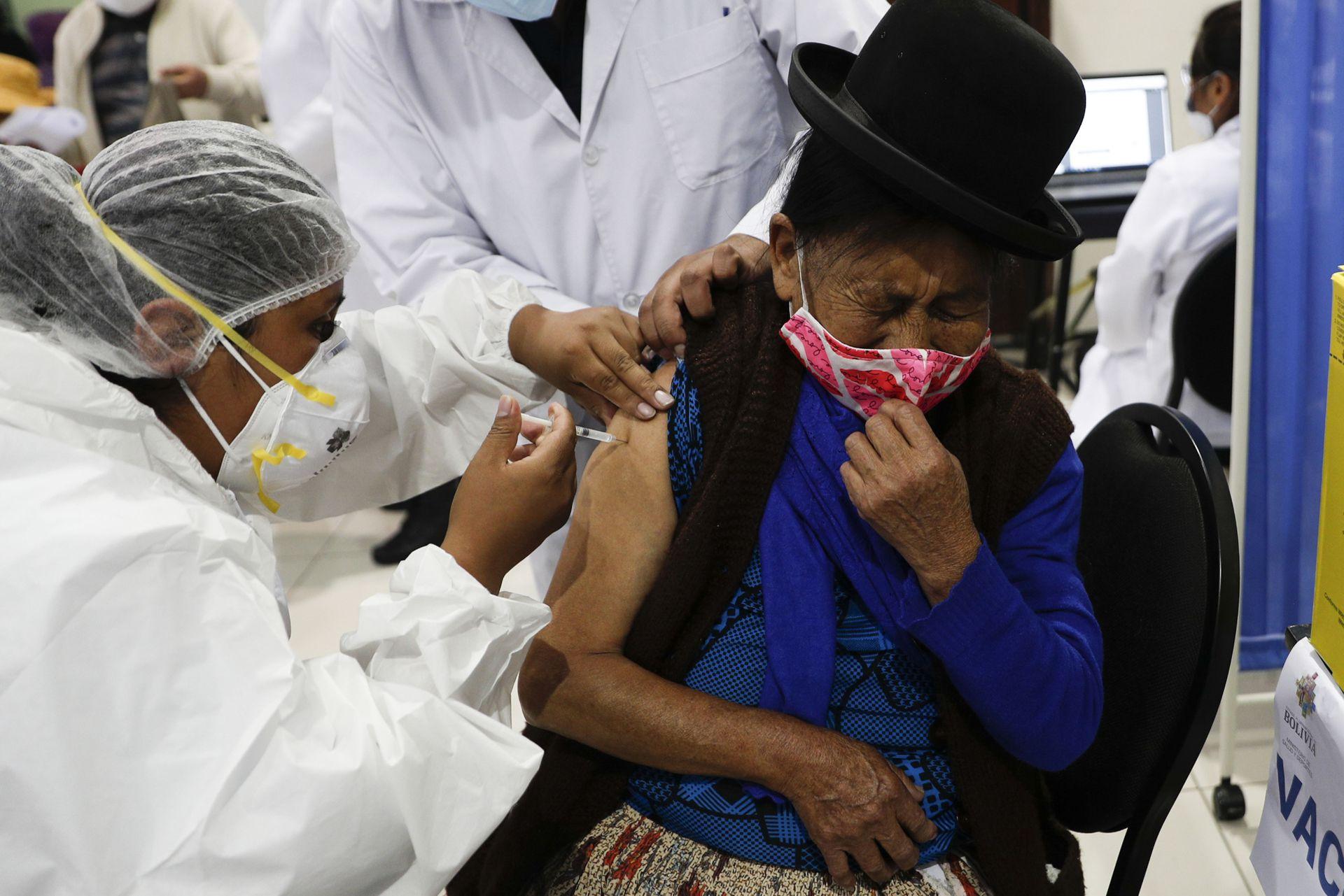 BOLIVIA: Una mujer recibe la vacuna Sinopharm COVID-19 durante el inicio del plan de vacunación para personas con problemas renales en el Recinto Ferial Chuquiago Marka en La Paz, Bolivia, el lunes 1 de marzo de 2021.