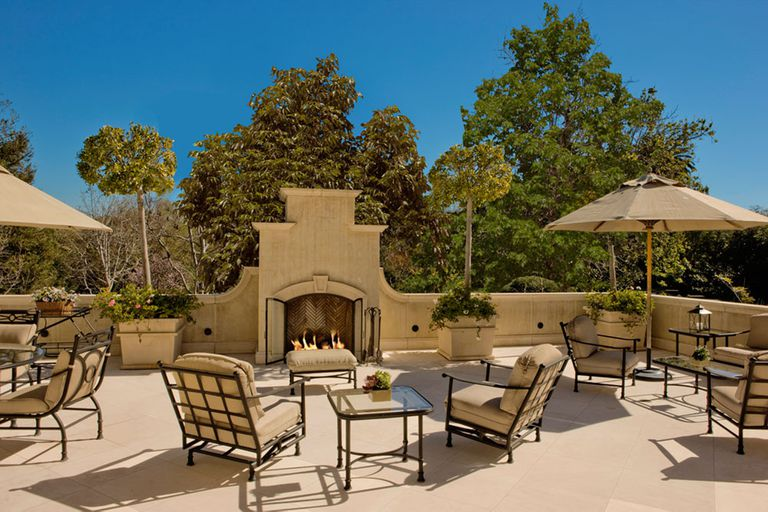 La casa de tres pisos tiene un patio en cada nivel, y todos cuentan con chimenea de exterior para las tardes más frías
