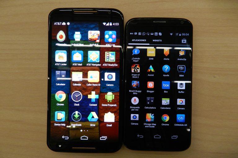 Un nuevo Motorola Moto X (izq.) junto a la primera versión