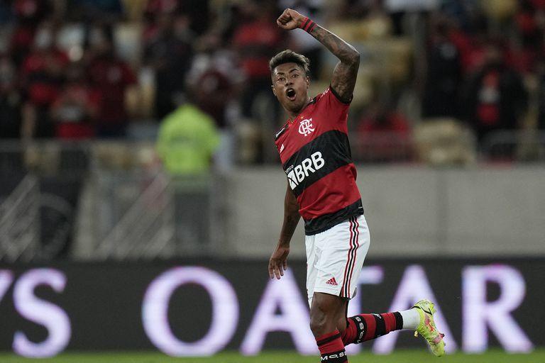 Bruno Henrique celebra después de anotar uno de sus goles en la ida