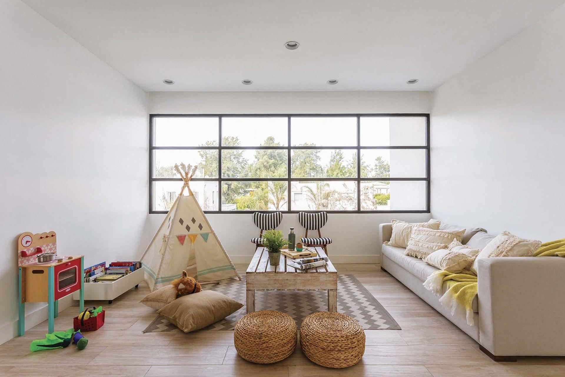 Cocinita (Casa Ideas), carpa (Futi Tiendas de Campamento), alfombra (HM Home), pufs de mimbre (Sol Palou). Sofá con almohadones de tussor con pasamanería (Vero B, Home Deco) y manta color limón (Cuatro Elementos).