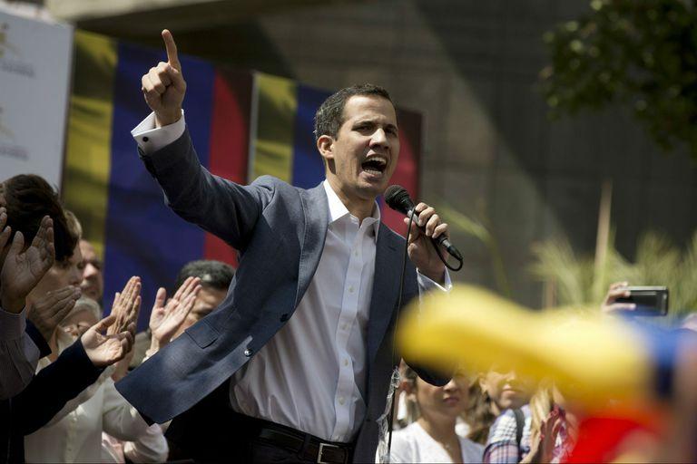 Guaidó habla ante los manifestantes opositores