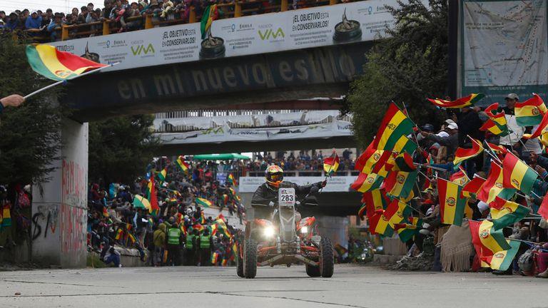 El argentino Gastón Pando llega con su cuatriciclo a La Paz y es vivado por los espectadores