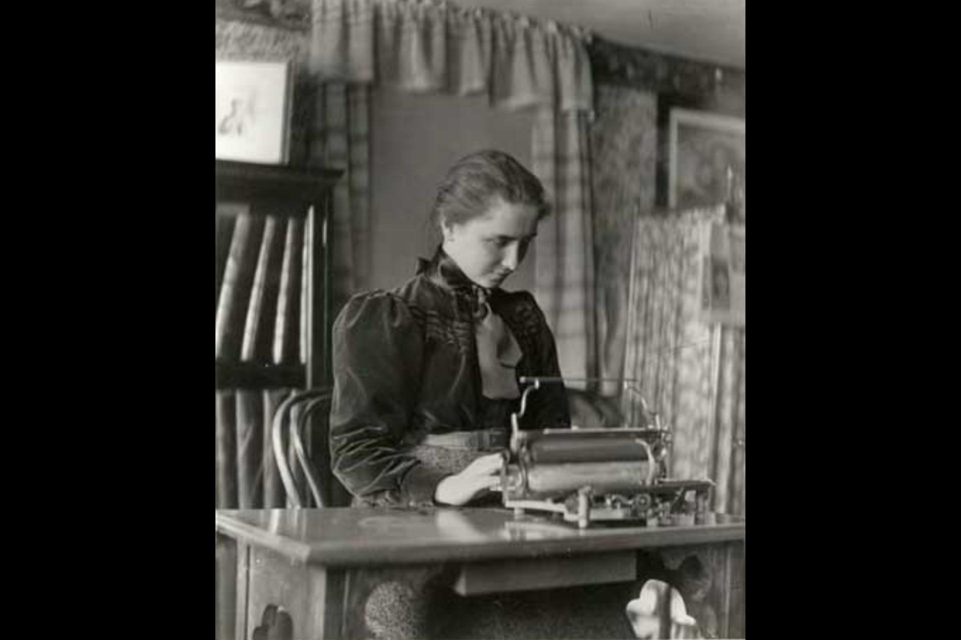 Helen escribiendo a máquina en el Radcliffe College, en 1900 aproximadamente