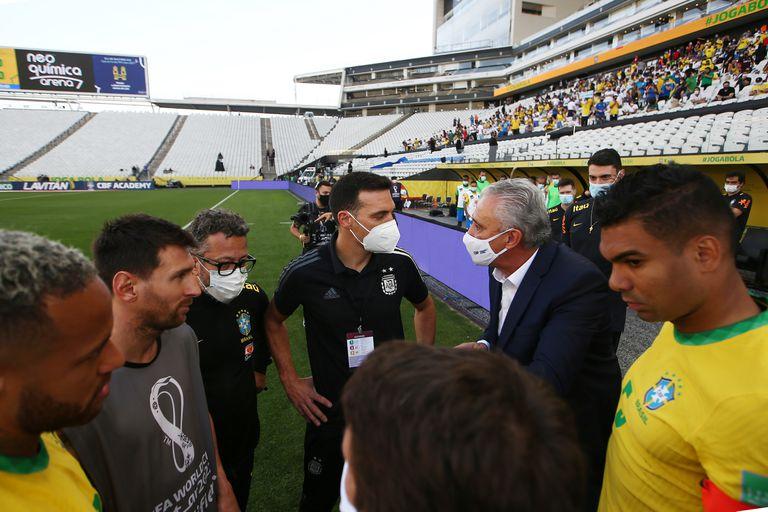 Lionel Scaloni habla con Tite después de que las autoridades de salud brasileñas interrumpieran el partido entre Brasil y Argentina.