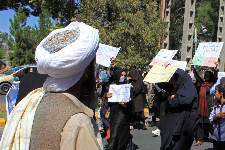 Los talibanes reprimieron las protestas del sábado con gases lacrimógenos y proyectiles (AFP)