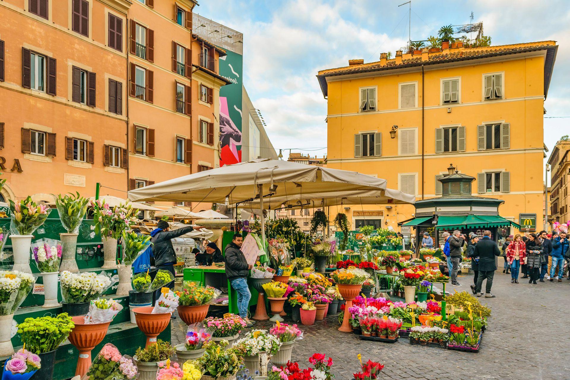 La plaza de Campo dei Fiori, donde todas las mañanas de lunes a sábado, venden alimentos, flores y otros productos