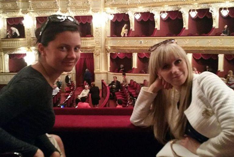 Julia e Irina en una salida nocturna con James a la ópera.