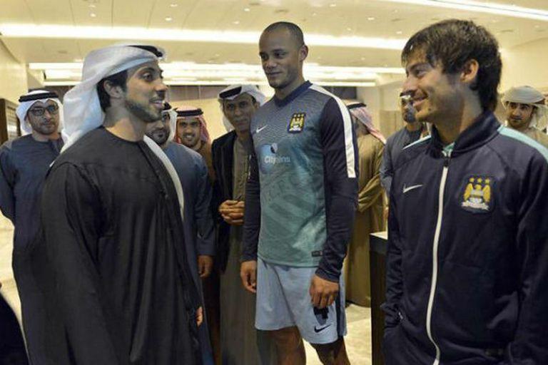 Mansour bin Zayed Al Nahyan, el dueño del City, junto a Kompany y Silva