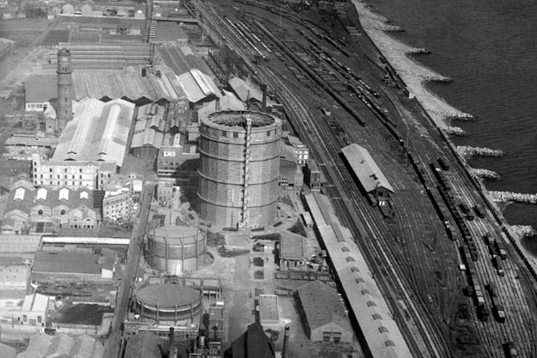 Gasómetro de Barcelona, España. Dedicada principalmente a la producción de motores y camiones, la empresa alemana MAN había patentado la nueva tecnología de gasómetro seco en 1924 y la exportó al mundo entero