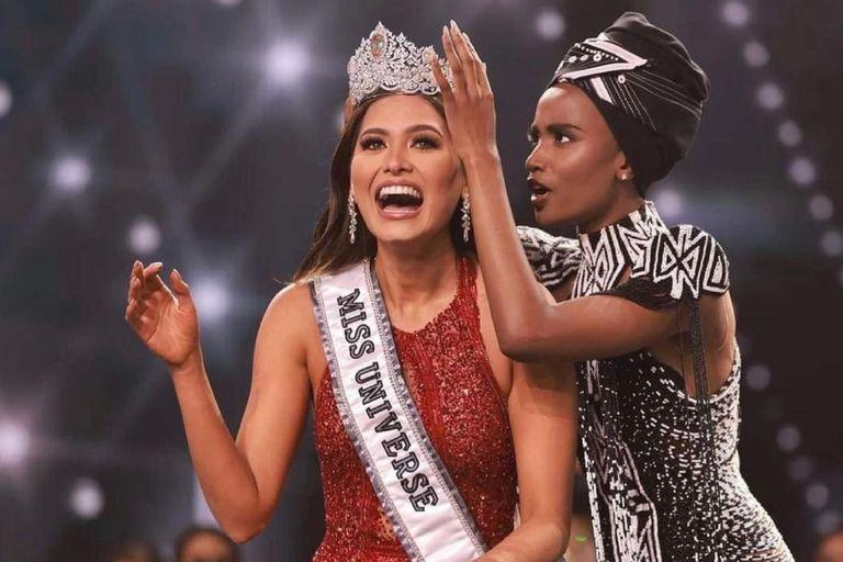 La sudafricana Zozibini Tunzi, ganadora del certamen en 2019, corona a la mexicana Andrea Meza como la nueva Miss Universo