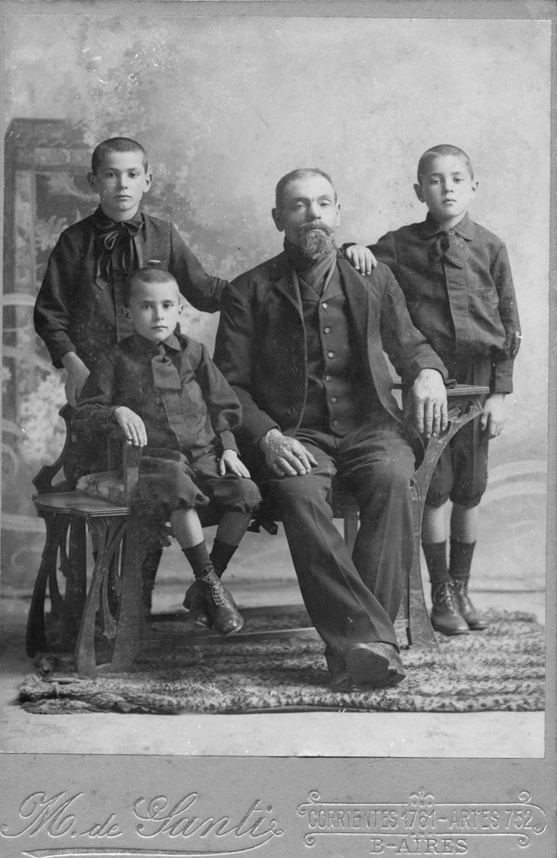 Padre con tres hijos, Miguel de Santi.