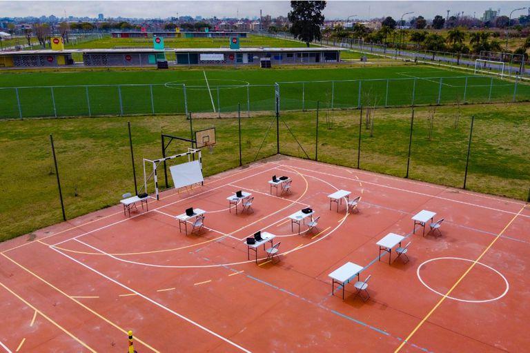 La Ciudad busca que 6500 alumnos que quedaron fuera del sistema virtual de enseñanza vuelvan a clases en espacios abiertos, como plazas o polideportivos