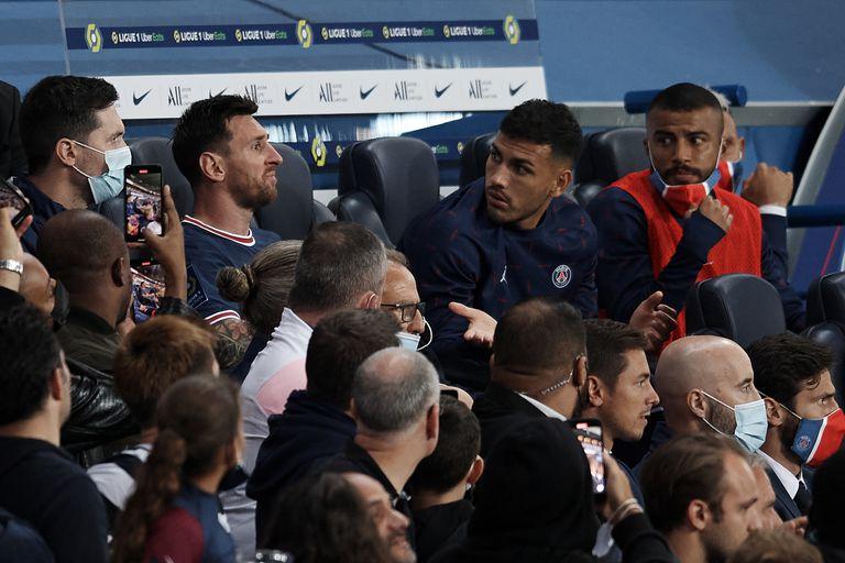 Lionel Messi, molesto tras ser sustituido el domingo ante Lyon; sus compañeros de PSG parecen sorprendidos ante la decisión del DT Pochettino.