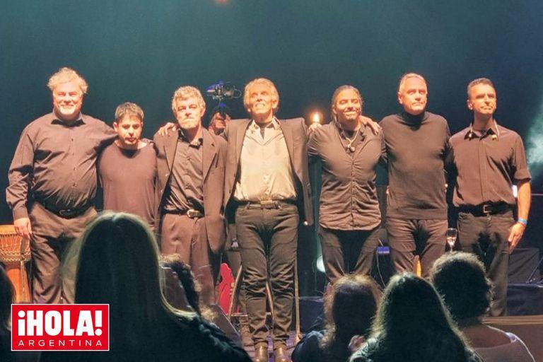 El saludo final junto a los seis músicos que componen la banda que lo acompaña.
