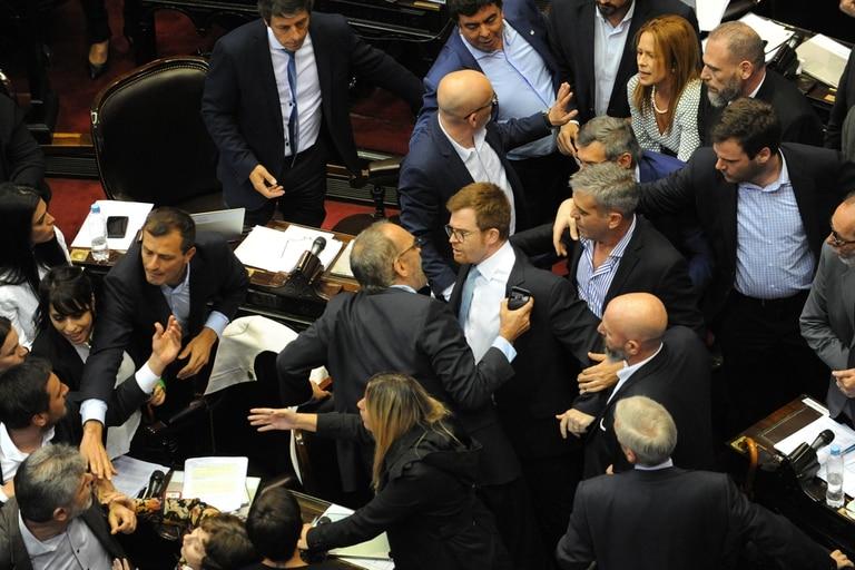 El momento en que sucedieron los forcejeos en el recinto de Diputados