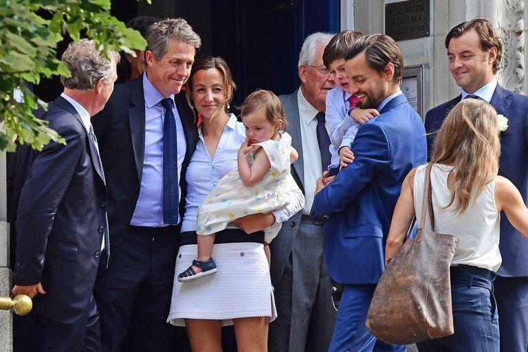 Hugh Grant y su flamante mujer, Anna Eberstein, a la salida del registro civil
