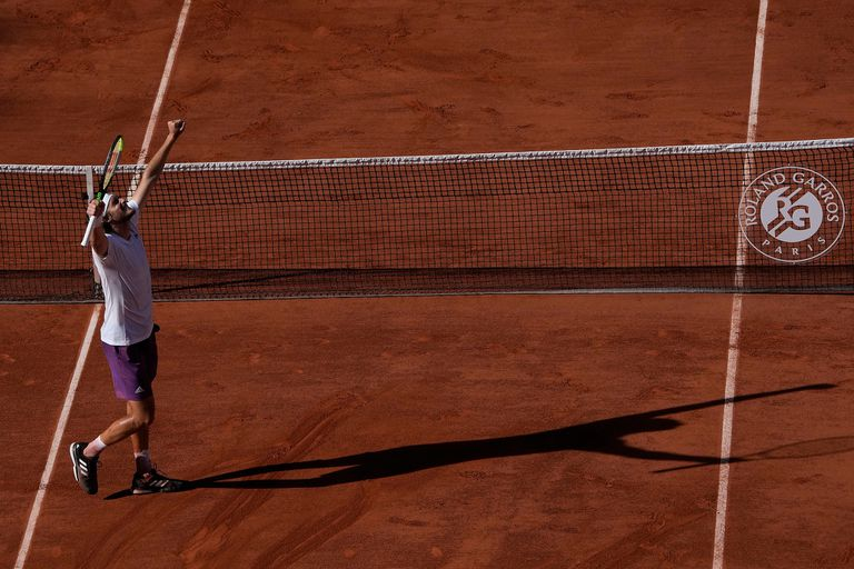 El griego Stefanos Tsitsipas festeja su triunfo sobre el alemán Alexander Zverev en duelo de las semifinales del Abierto de Francia, en Roland Garros