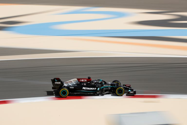 La caja de cambios del W12 de Valteri Bottas colapsó por sobrecalentamiento y Hamilton anduvo fuera de la pista; Mercedes no la pasó bien en los tres días de exámenes en Bahréin, pero tendrá unos últimos ensayos privados breves allí mismo antes del Mundial.