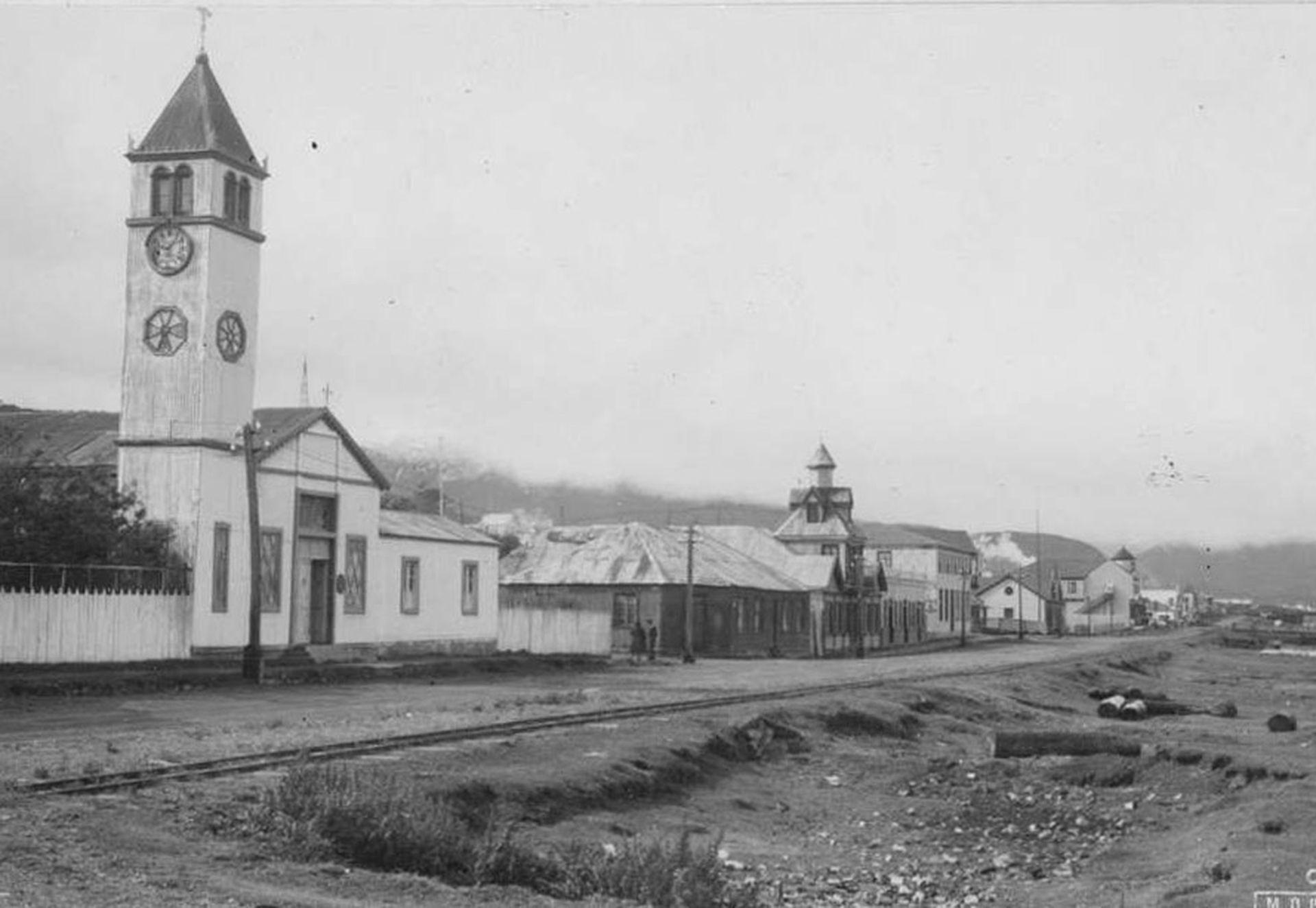 La primera iglesia de Ushuaia. A mitad de cuadra, la casa Beban en su emplazamiento original.