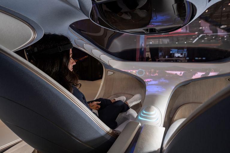 El concept car VISION AVTR no tiene un volante de conducción, y el vehículo se controla con un panel central ubicado entre las dos butacas delanteras