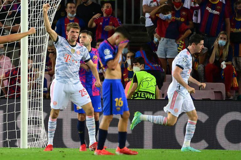 Robert Lewandowski festeja su primer gol frente al Barcelona