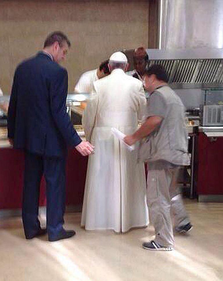 En el comedor del Vaticano, el papa Francisco hizo la fila para servirse la comida como uno más