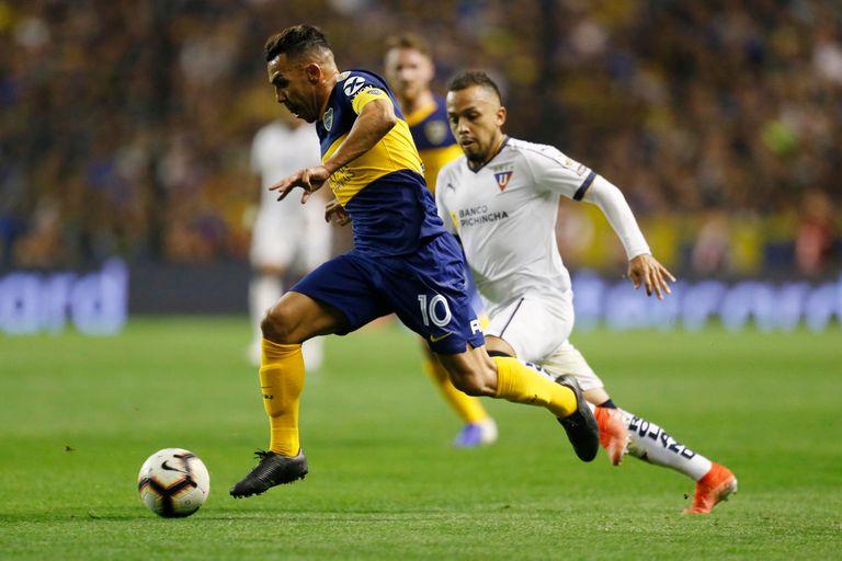 Tevez buscó varias veces por el frente de ataque de Boca