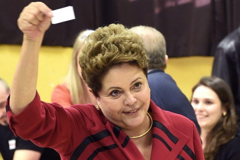 Dilma Rousseff muestra su comprobante de voto electrónico en las elecciones presidenciales 2014