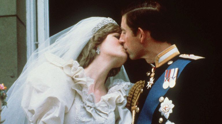 Lady Di con su icónico vestido de novia en la boda con el príncipe Carlos