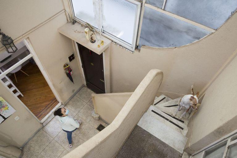 Las escaleras de mármol con escalones altos en los que el pequeño Jorge, el papa Francisco, subía y bajaba contándolos de a uno