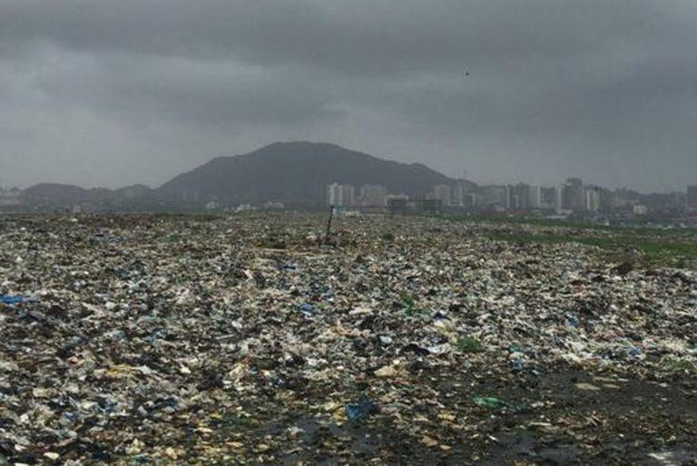La vida alrededor de la montaña de basura que es tan alta como un edificio de 18 pisos