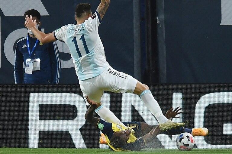 Lucas Ocampos es derribado por Estupiñan y el juez Roberto Tobar dará penal para la Argentina; Lionel Messi lo cambiará por su gol 71 en la selección, su primero oficial en La Bombonera.