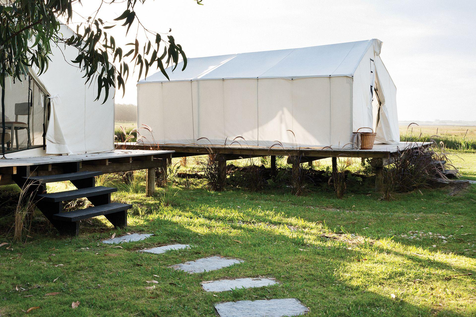 A la casa y a las dos cabañas se suman dos carpas como la alternativa más osada de alojamiento.