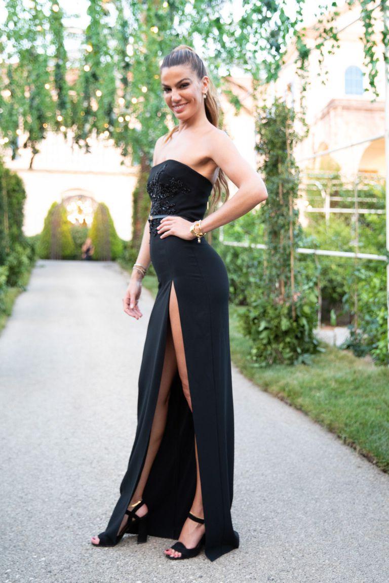 Bianca Brandolini, ex de Lapo Elkann Agnelli, optó por un conjunto de falda con tajo pronunciado y corset, también del diseñador libanés