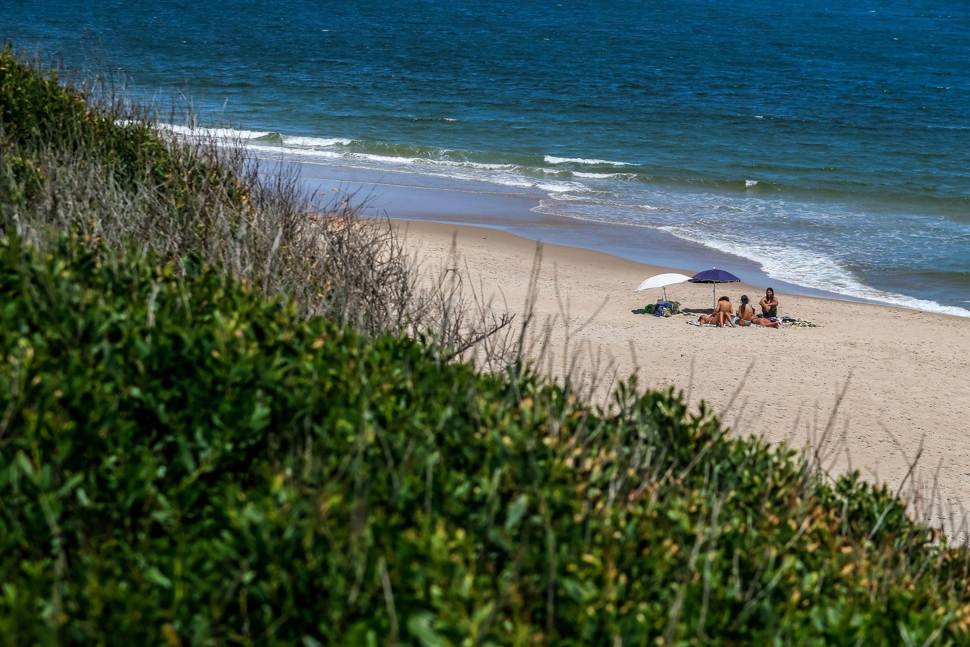 Las dunas y la vegetación sirven de escudo para que La Juanita casi pase desapercibida desde la ruta 10