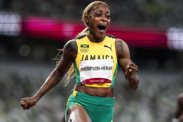 La velocista jamaicana Elaine Thompson-Herah reacciona tras ganar los 100 metros en los Juegos de Tokio.