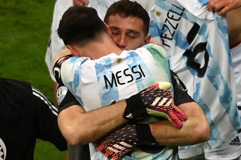 Lionel Messi felicita a Emiliano Martínez luego de vencer a Colombia durante la tanda de penales del partido que disputaron por Copa América 2021