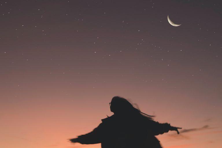 Se presume que la Luna es 'femenina' en muchas culturas e idiomas, entonces, ¿por qué las mujeres no tienen tantos cráteres nombrados en su honor como los hombres?