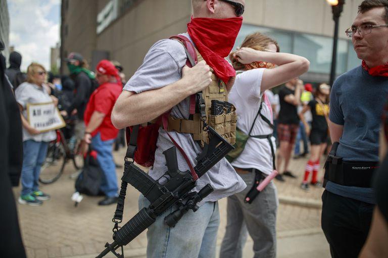 26-05-2019 New Blank Panthers square off with KKK in Dayton.  El juez federal Roger Benítez de San Diego ha anulado por inconstitucional la ley del estado de California que prohíbe las armas de asalto en un dictamen de 94 páginas que anula una norma que lleva 30 años en vigor.  POLITICA INTERNACIONAL Jeremy Hogan