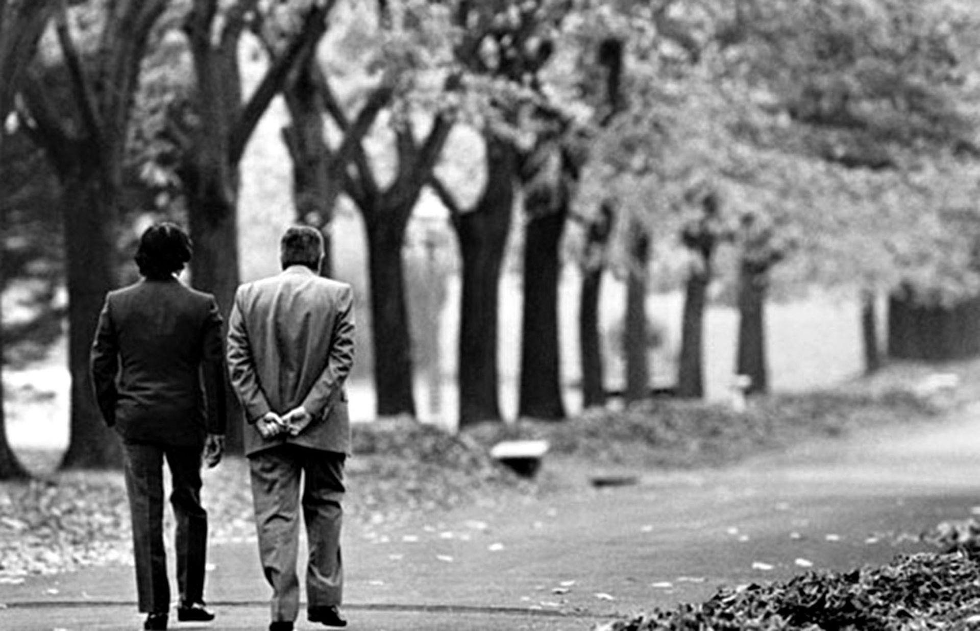 El presidente argentino Raúl Alfonsín y el presidente electo Carlos Menem, caminando por la quinta de Olivos durante el período de transición presidencial, el 31 de mayo de 1989