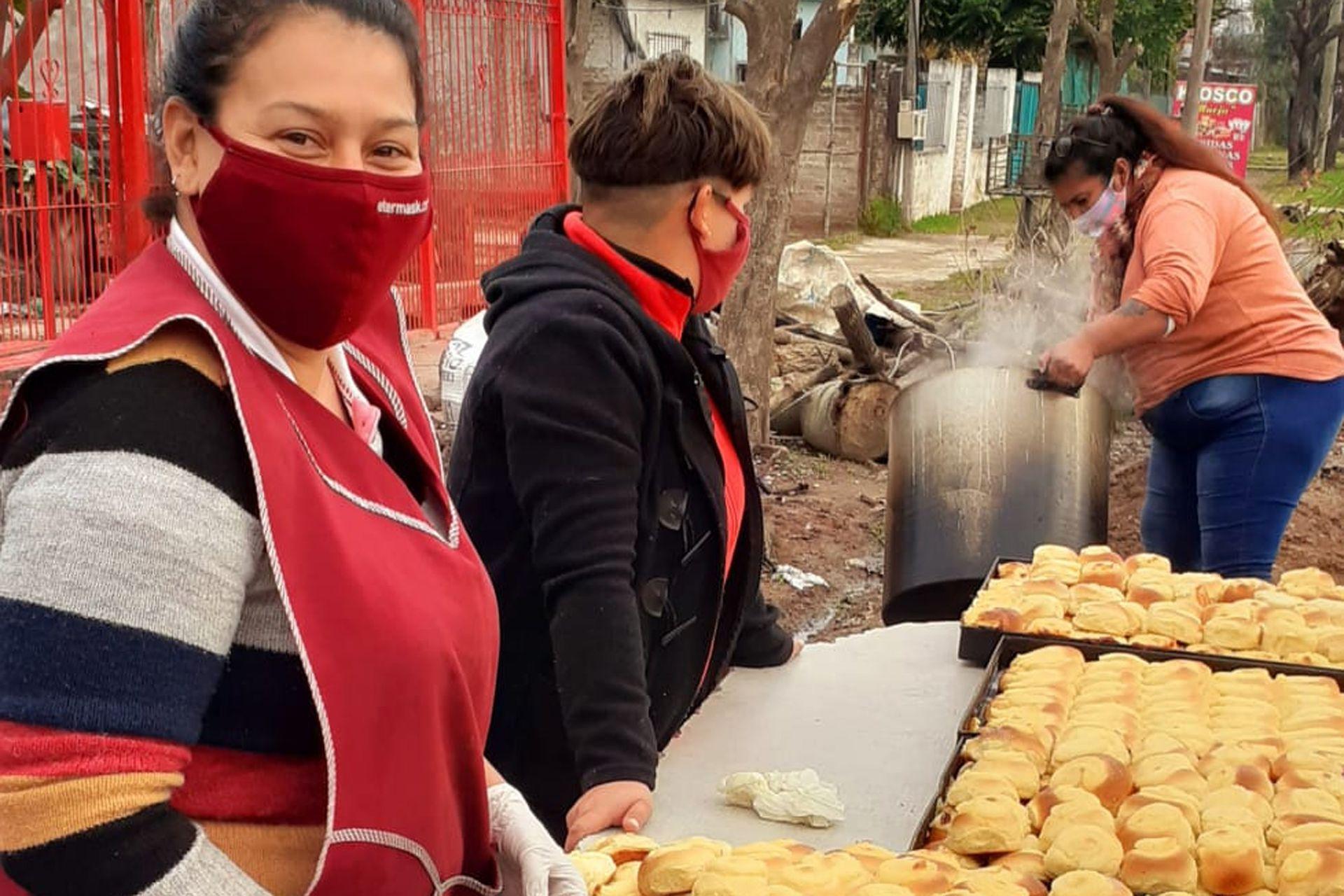 Voluntarias del comedor Asociación Civil los Chicos del Arbolito, en Barrio Satélite, Moreno