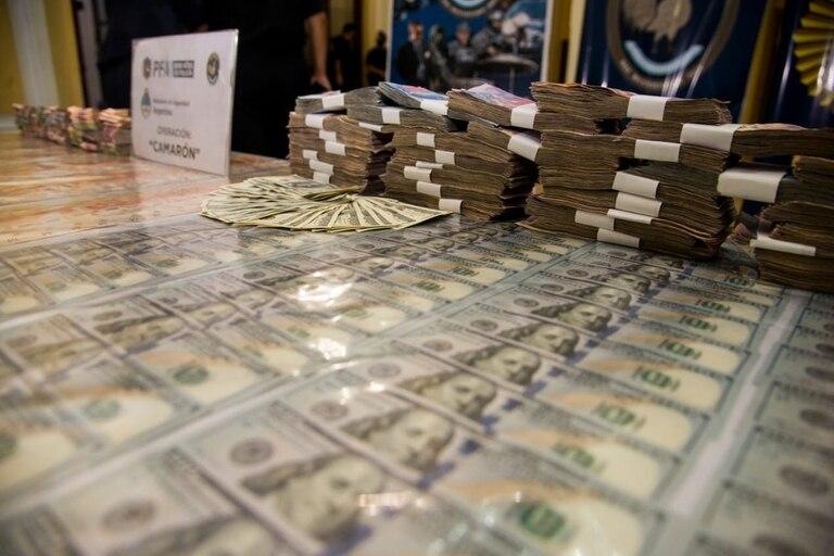 El dinero secuestrado en poder de los sospechosos