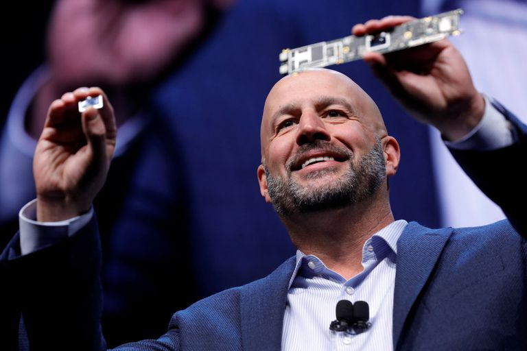 Gregory Bryan, vicepresidente ejecutivo de Intel, muestra un chip Tiger Lake y un motherboard donde irá montado