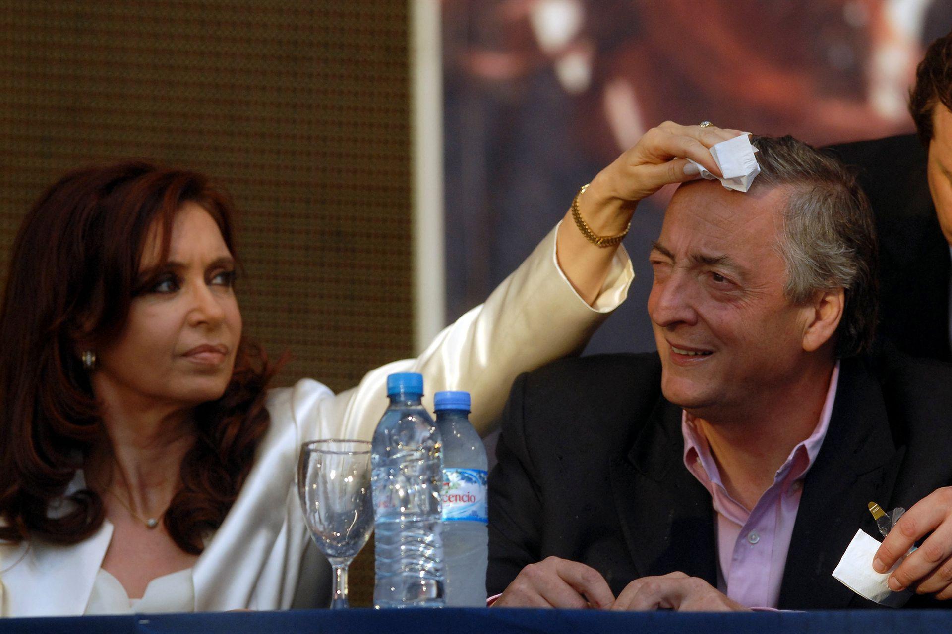 El 25 de octubre de 2007, acompaña a Cristina en el cierre de su campaña en un acto en el Mercado Central