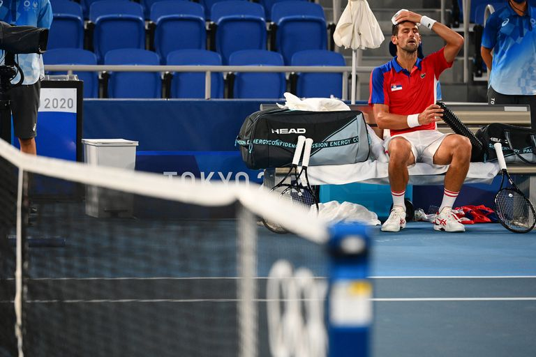 El serbio Novak Djokovic se enfría durante el partido.