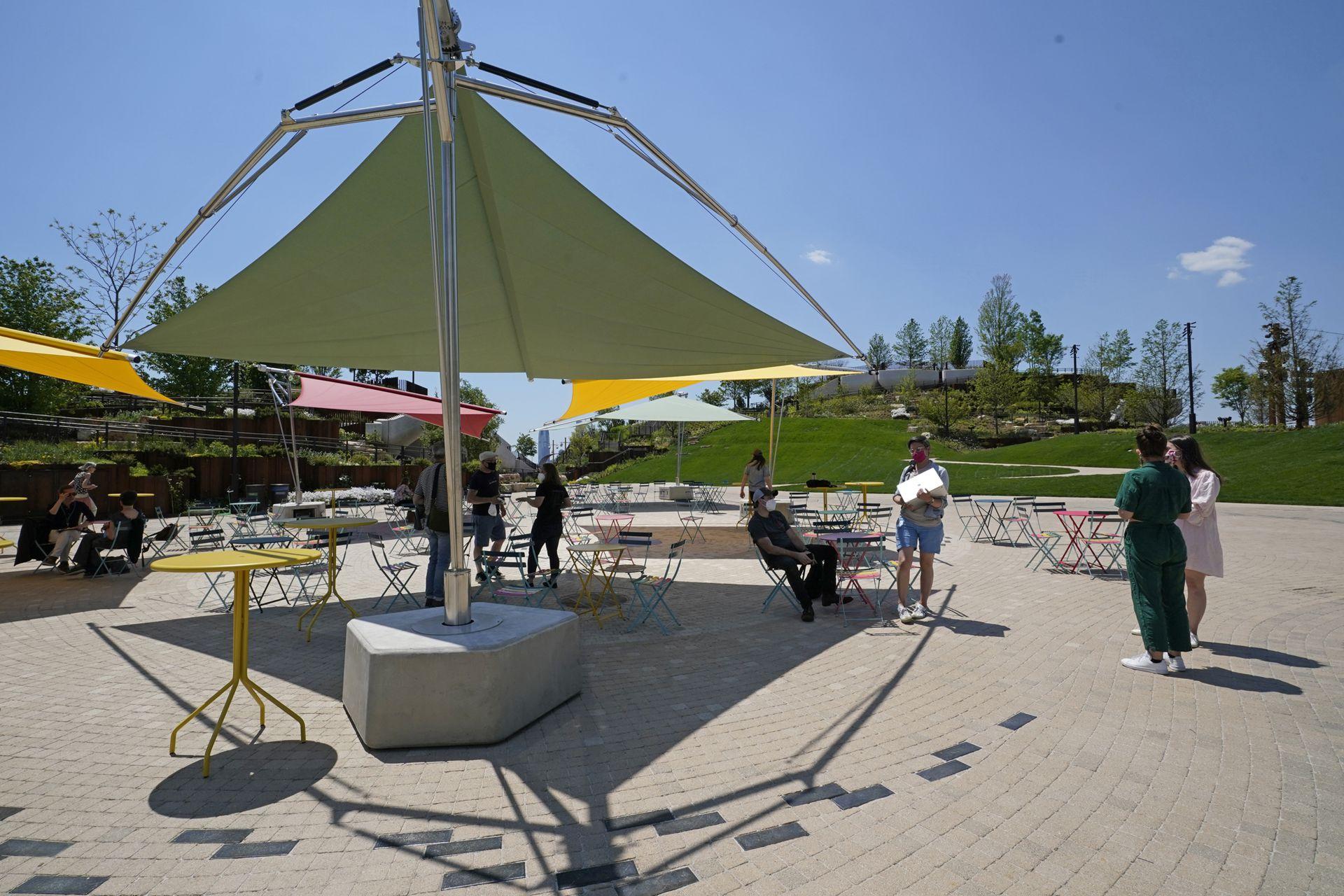 Trabajadores del parque charlan en la zona del patio de comidas
