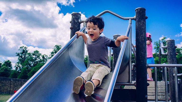 """Algunos analistas usan una analogía para comunicar qué es un """"tipping point"""". Cuando un niño sube a un tobogán, hay un punto luego del cual es demasiado tarde para impedir deslizarse hacia un estado diferente, al pie del tobogán en lugar de la cima"""